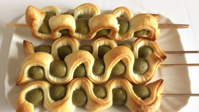 Spirali di sfoglia e olive verdi per un aperitivo originale!