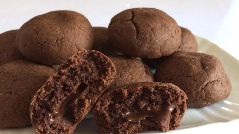 Biscotti al cioccolato con un cuore fondente